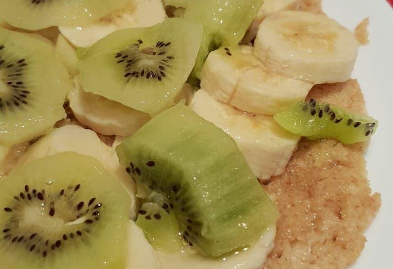 Petit déjeuner avec galette d'avoine, kiwis et bananes