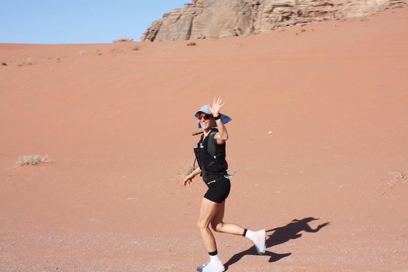 Béatrice lors de son trail dans le désert jordanien