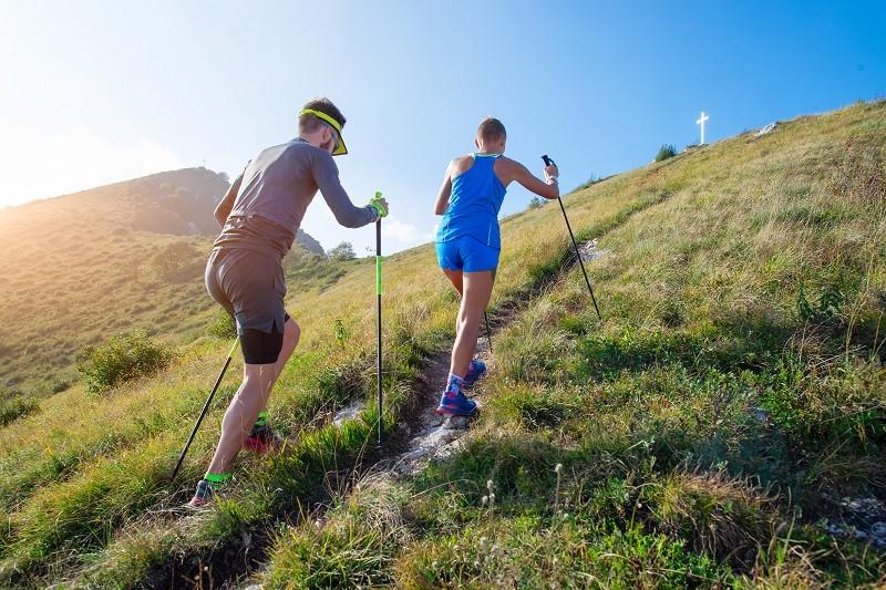 Courir avec des bâtons en trail en montée
